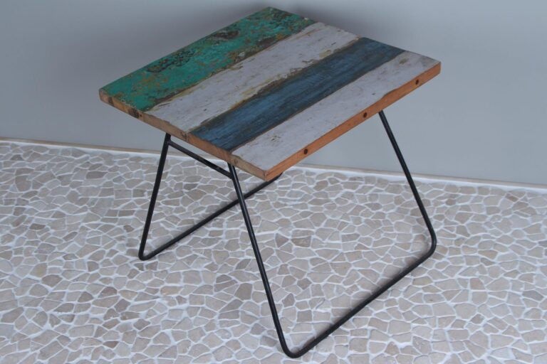 Boothouten tafeltje 50x50x47 cm.